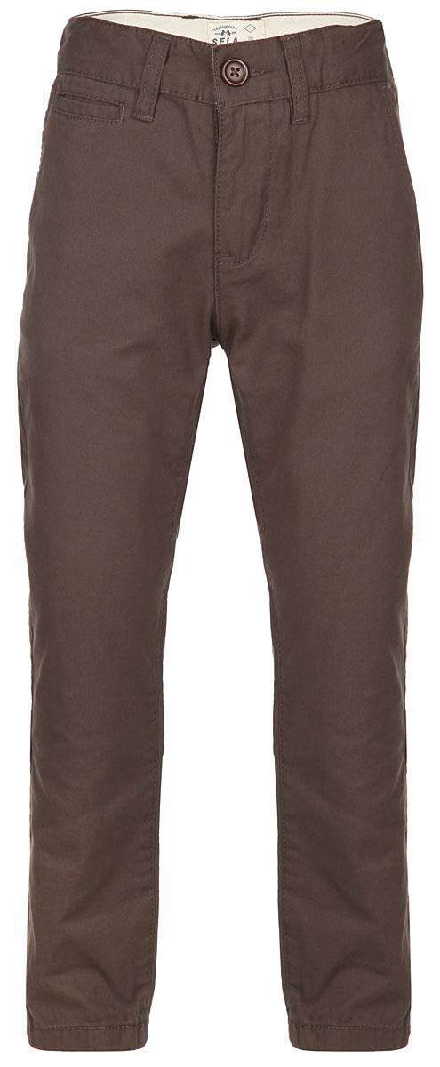 P-815/254-6141Стильные брюки для мальчика Sela идеально подойдут юному моднику. Изготовленные из натурального хлопка, они мягкие и приятные на ощупь, не сковывают движения и позволяют коже дышать, обеспечивая наибольший комфорт. Брюки на талии застегиваются на пуговицу и имеют ширинку на застежке-молнии, а также шлевки для ремня. С внутренней стороны пояс регулируется скрытой резинкой на пуговицах. Модель имеет пятикарманный крой: спереди - два втачных кармана и один маленький прорезной, а сзади - два прорезных кармана, закрывающихся на пуговицы. Современный дизайн и расцветка делают эти брюки модным предметом детской одежды. В них ребенок всегда будет в центре внимания!