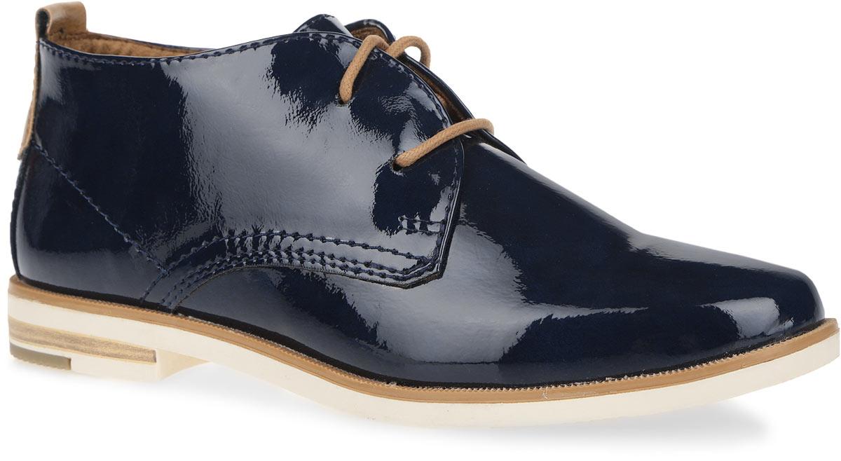 2-2-25118-36-890Стильные и невероятно удобные женские ботинки от Marco Tozzi - отличный вариант на каждый день. Модель выполнена из искусственной лаковой кожи. Верх изделия оформлен оригинальной шнуровкой, которая надежно фиксирует модель на ноге. Задник дополнен наружным ремешком и декоративным ярлычком из гладкой кожи контрастного цвета. Подкладка изготовлена из текстиля и искусственных материалов. Мягкая стелька с памятью из искусственной кожи. Низкий широкий каблук и подошва с рельефным протектором, который обеспечивает отличное сцепление с поверхностью. Стильные ботинки отлично подойдут как для простой прогулки, так и для дальней поездки.