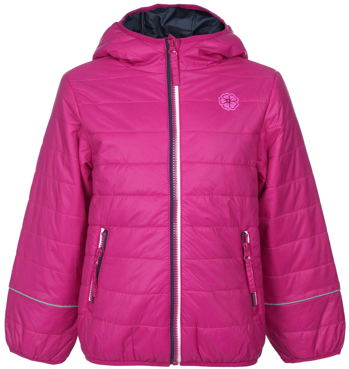 Куртка для девочки. Cp-526/615-6102Cp-526/615-6102Яркая куртка для девочки Sela идеально подойдет вашему ребенку в прохладную погоду. Модель изготовлена из нейлона на подкладке из полиэстера, в качестве утеплителя используется тонкая прослойка синтепона. Благодаря своему составу, куртка очень легкая, максимально удерживает тепло, отлично сохраняет свой внешний вид даже при многократных стирках, быстро сохнет. Куртка с капюшоном застегивается на пластиковую молнию с защитой подбородка и дополнительно имеет внутреннюю ветрозащитную планку. Капюшон не отстегивается, дополнен по краю скрытой эластичной резинкой. Спереди предусмотрены два прорезных кармана на застежках-молниях. По краям рукавов и по низу изделия проходит эластичная резинка. Куртка дополнена светоотражающими элементами для безопасности ребенка в темное время суток. Спереди модель украшена яркой нашивкой в виде цветка. Легкая, комфортная и теплая куртка идеально подойдет для прогулок и игр на свежем воздухе!