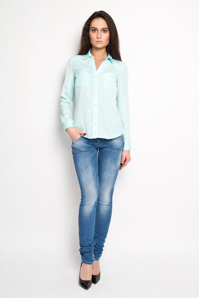 B-112/1024-6171Стильная женская блуза Sela, выполненная из 100% полиэстера, подчеркнет ваш уникальный стиль и поможет создать оригинальный женственный образ. Модель классического кроя с отложным воротником застегивается на пуговицы. Длинные рукава блузки дополнены манжетами на пуговицах. Блузка дополнена двумя нагрудными карманами. Такая блузка идеально подойдет для жарких летних дней. Такая блузка будет дарить вам комфорт в течение всего дня и послужит замечательным дополнением к вашему гардеробу.