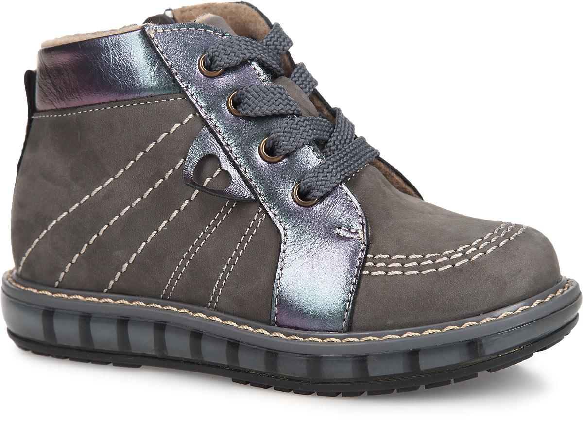 FT-23002.15-OL12O.01Очаровательные детские ботинки TapiBoo приведут в восторг вашу малышку. Модель выполнена из натурального нубука со вставками из натуральной кожи и оформлена светлой прострочкой по верху. Подкладка и стелька, изготовленные из мягкого и утепленного синтетического волокна, согреют ножки ребенка от холода и обеспечат уют. Подъем дополнен классической шнуровкой, с помощью которой можно регулировать объем. Жесткий фиксирующий задник с удлиненным крылом стабилизирует голеностопный сустав во время ходьбы. Задник декорирован наружным ремешком и ярлычком. Сбоку ботинки украшены декоративным элементом с вырезом в виде сердца. Для дополнительного удобства ботинки снабжены застежкой-молнией, что позволяет легко, не расшнуровывая, снимать и надевать обувь. Упругая, умеренно-эластичная подошва, имеющая перекат, который позволяет повторить естественное движение стопы при ходьбе, предназначена для правильного распределения нагрузки на опорно-двигательный аппарат ребенка. Удобные ботинки придутся по...