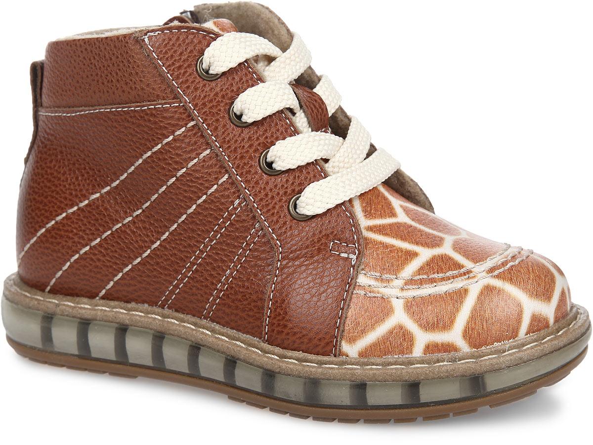 Ботинки детские. FT002.15-OL13O.01FT-23002.15-OL13O.01Очаровательные детские ботинки TapiBoo приведут в восторг вашего ребенка. Модель выполнена из натуральной кожи с фактурной поверхностью и оформлена светлой прострочкой по верху, а так же оригинальным принтом жираф. Подкладка и анатомическая стелька, изготовленные из мягкого и утепленного синтетического волокна, согреют ножки ребенка от холода и обеспечат уют. Подъем дополнен классической шнуровкой, с помощью которой можно регулировать объем. Жесткий фиксирующий задник с удлиненным крылом стабилизирует голеностопный сустав во время ходьбы. Задник декорирован наружным ремешком и ярлычком. Для дополнительного удобства ботинки снабжены застежкой-молнией, что позволяет легко, не расшнуровывая, снимать и надевать обувь. Упругая, умеренно- эластичная подошва, имеющая перекат, который позволяет повторить естественное движение стопы при ходьбе, предназначена для правильного распределения нагрузки на опорно-двигательный аппарат ребенка. Удобные ботинки придутся по...