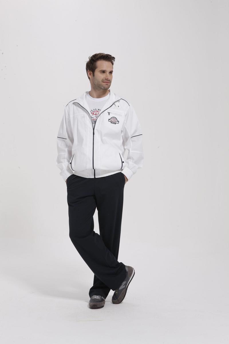 Комплект мужской Sailor: ветровка, футболка, брюки. 59395939Комплект мужской одежды Relax Mode Sailor включает в себя ветровку, футболку и брюки. Ветровка выполнена из эластичного хлопка, футболка и брюки изготовлены из хлопка в сочетании с модалом. Комплект мягкий и приятный на ощупь, не сковывает движения и позволяет коже дышать, обеспечивая комфорт. Ветровка с воротником-стойкой и длинными рукавами застегивается на молнию по всей длине и сверху хлястиком на кнопку. Эластичные манжеты на рукавах также застегиваются с помощью хлястика на кнопке. Спереди предусмотрены два втачных кармана на кнопках и один прорезной на молнии. По низу изделия проходит широкая эластичная резинка, которая регулируется при помощи хлястиков на кнопках. Модель оформлена нашивкой. Футболка с короткими рукавами имеет круглый вырез горловины, оформленный трикотажной резинкой. Изделие украшено принтом. Эластичный пояс с утягивающим шнурком на брюках позволяет отрегулировать посадку точно по фигуре. Спереди расположены два втачных...