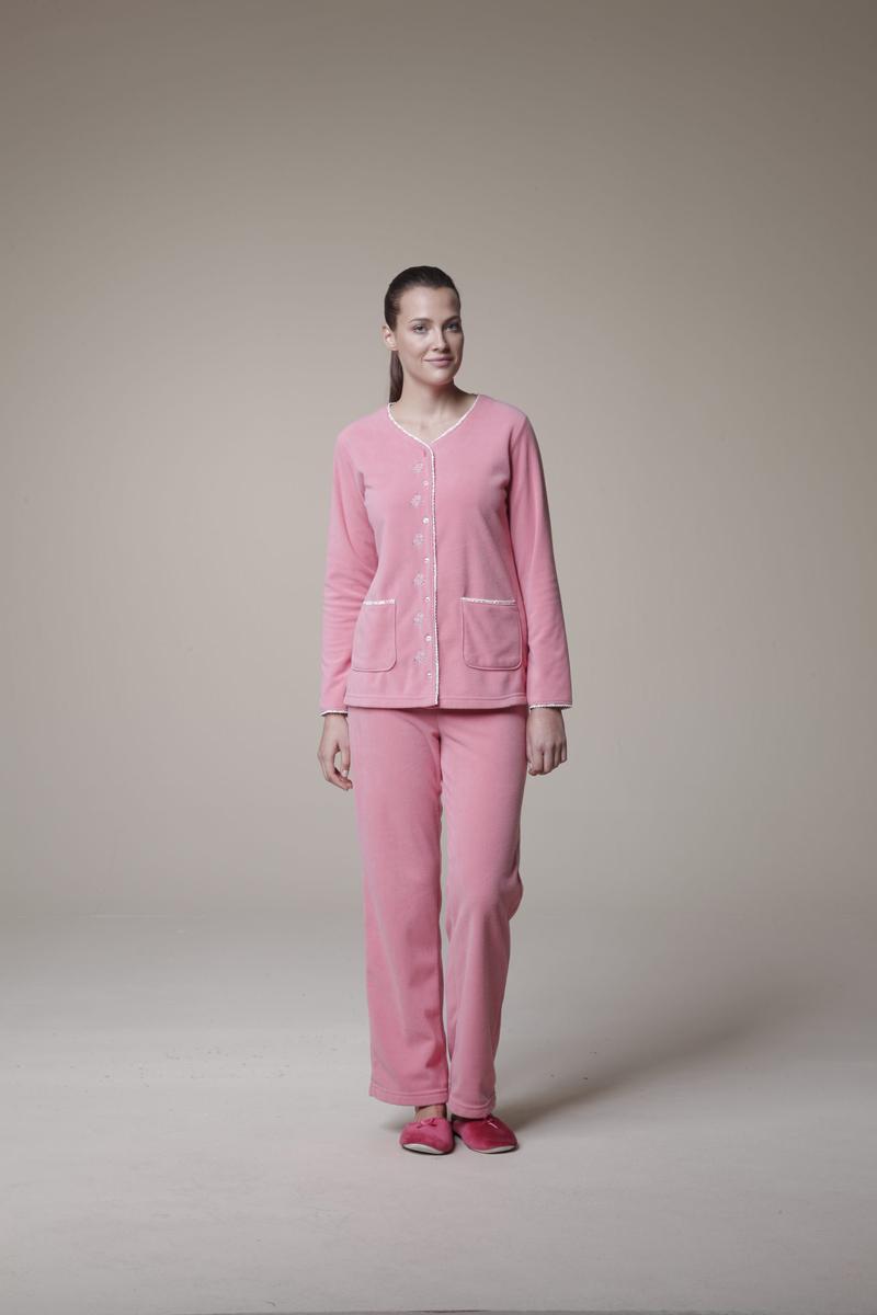 Комплект женский: кофта, брюки. 1054010540Комплект домашней женской одежды Relax Mode, состоящий из кофты и и брюк, станет отличным дополнением к вашему гардеробу. Выполненный из высококачественной вискозы, комплект мягкий и приятный на ощупь, не сковывает движения и позволяет коже дышать, обеспечивая наибольший комфорт. Мягкая и уютная кофта с длинными рукавами спереди застегивается на пластиковые пуговицы по всей длине. Модель дополнена двумя накладными карманами. Края изделия декорированы оторочками с цветочным принтом. Плюшевые брюки прямого кроя имеют широкую резинку на талии. Стильный комплект одежды подарит вам удобство и комфорт, подчеркнет вашу индивидуальность.