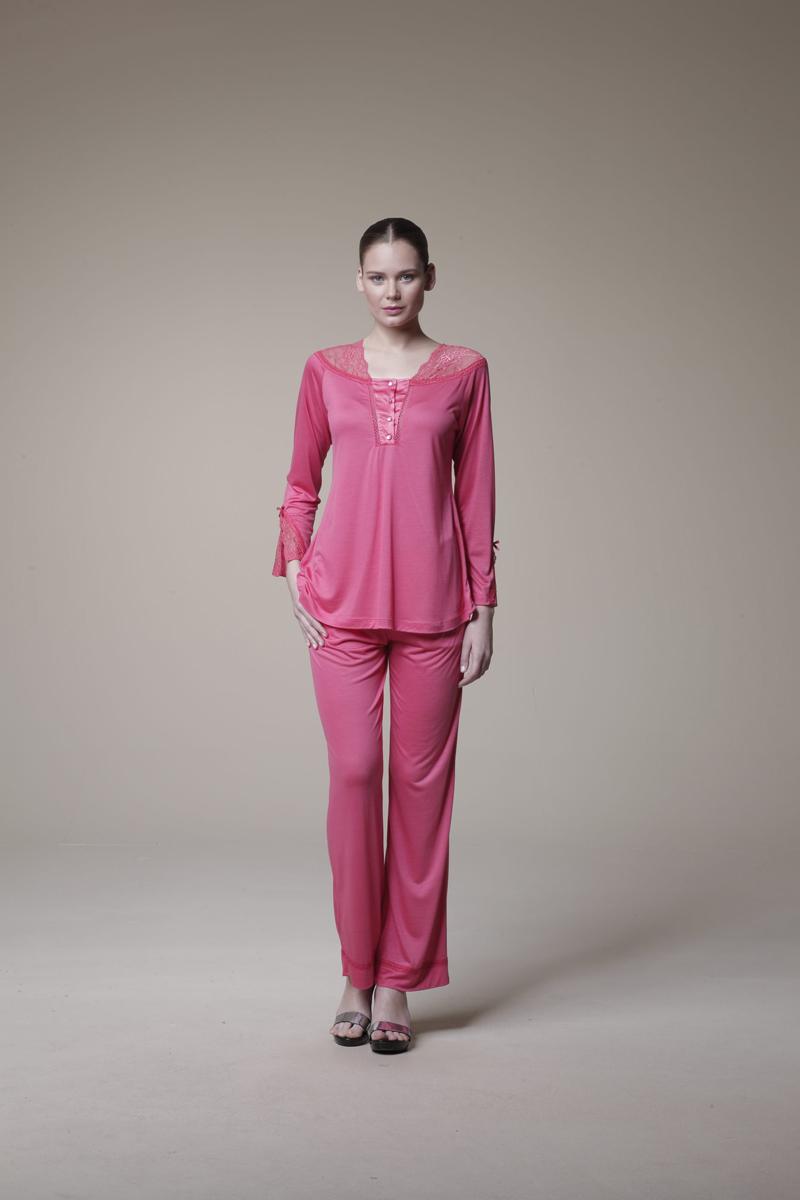 Пижама женская. 1057810578Очаровательная женская пижама Relax Mode включает в себя блузу и брюки. Изготовленная из высококачественной вискозы, пижама приятная на ощупь, не сковывает движения и позволяет коже дышать, обеспечивая комфорт. Блуза с квадратным вырезом горловины и длинными рукавами спереди застегивается на четыре пластиковые пуговицы. Изделие декорировано кружевными вставками и небольшими бантиками на рукавах. Брюки свободного кроя дополнены на поясе эластичной резинкой. По бокам изделие дополнено двумя втачными карманами с косыми срезами. Края карманов и низ модели декорированы полосками кружева. . В такой пижаме вам будет максимально комфортно и уютно.
