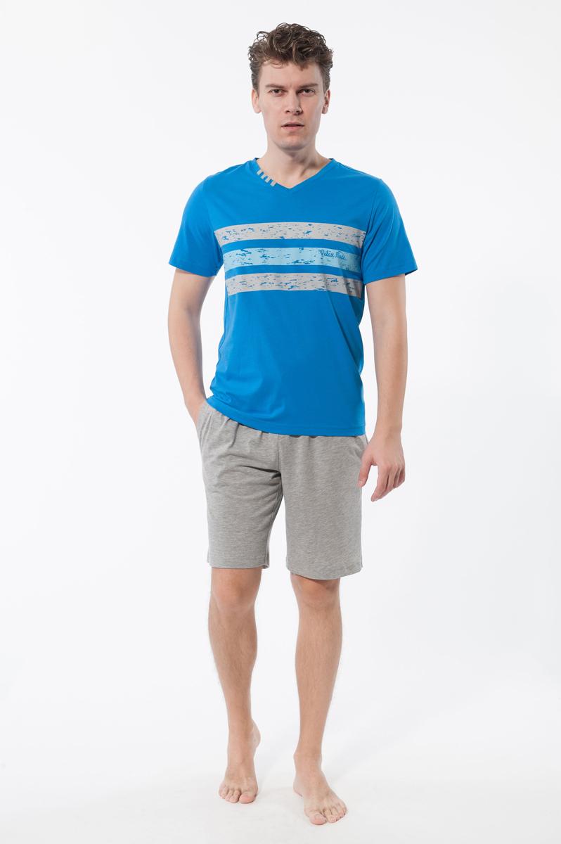 Комплект мужской: футболка, шорты, цвет: синий, серый. 1337013370Комплект домашней мужской одежды Relax Mode включает в себя футболку и шорты. Выполненный из хлопка и модала, комплект мягкий и приятный на ощупь, не сковывает движения и позволяет коже дышать, обеспечивая комфорт. Футболка с V-образным вырезом горловины и короткими рукавами спереди дополнена оригинальным принтом в виде трех широких горизонтальных полос и надписью Relax Mode. Шорты с эластичной резинкой на талии дополнительно завязываются на текстильный шнурок. По бокам имеются два втачных кармана. Стильный комплект одежды станет отличным дополнением к вашему гардеробу, а также подарит вам удобство и комфорт.