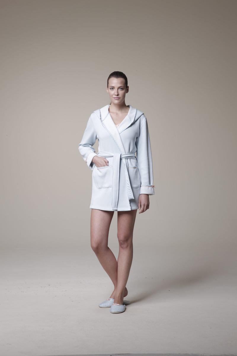 Комплект женский: халат, майка, шорты. 2529625296Комплект домашней женской одежды Relax Mode, состоящий из халата, майки и шорт, станет отличным дополнением к вашему гардеробу. Выполненный из высококачественных материалов, комплект мягкий и приятный на ощупь, не сковывает движения и позволяет коже дышать, обеспечивая наибольший комфорт. Утепленный халат с капюшоном и длинными рукавами спереди дополнен двумя вместительными накладными карманами. Изделие без застежки, запахивается спереди и завязывается на пояс, продетый через боковые шлевки. Майка на широких бретелях с v-образным вырезом горловины по краю горловины дополнена кружевной оторочкой и небольшим бантом. Стильные шорты с эластичной резинкой в поясе дополнительно завязываются на текстильную ленту. Изделие оформлено нежным цветочным принтом. Стильный комплект одежды подарит вам удобство и комфорт, подчеркнет вашу индивидуальность.