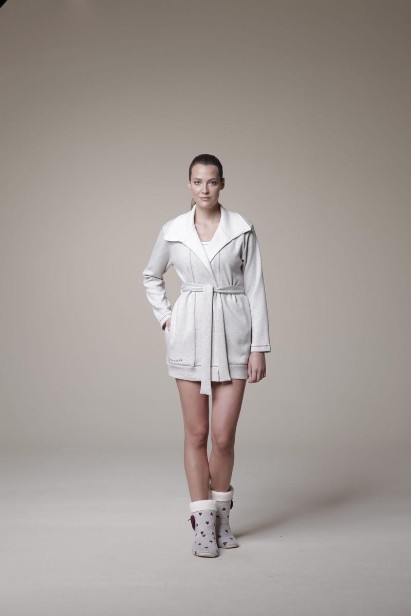 Комплект женский: халат, майка, шорты. 2531225312Комплект домашней женской одежды Relax Mode, состоящий из халата, майки и шорт, станет отличным дополнением к вашему гардеробу. Выполненный из высококачественных материалов, комплект мягкий и приятный на ощупь, не сковывает движения и позволяет коже дышать, обеспечивая наибольший комфорт. Теплый халат с капюшоном и длинными рукавами по бокам дополнен двумя вместительными втачными карманами. Изделие без застежки, запахивается спереди и завязывается на пояс, продетый через боковые шлевки. Майка на широких бретелях с v-образным вырезом горловины оформлена контрастной отстрочкой и принтовыми надписями. Стильные шорты свободного кроя имеют эластичную резинку в поясе. Модель оформлена принтом в виде сердечек и на поясе декорирована небольшим бантом. Стильный комплект одежды подарит вам удобство и комфорт, подчеркнет вашу индивидуальность.