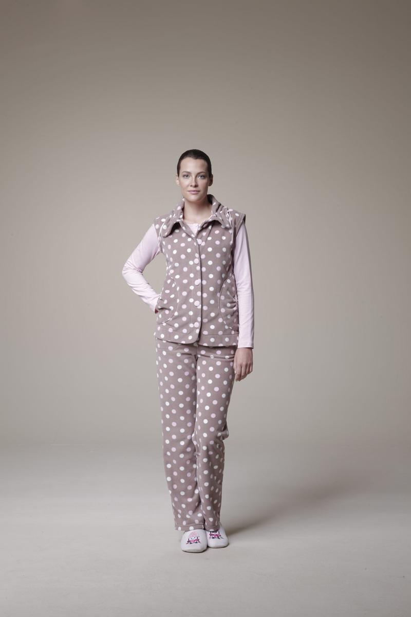 Комплект женский: жилет, лонгслив, брюки. 2533225332Комплект домашней женской одежды Relax Mode, состоящий из жилета, лонгслива и брюк, станет отличным дополнением к вашему гардеробу. Выполненный из высококачественных материалов, комплект мягкий и приятный на ощупь, не сковывает движения и позволяет коже дышать, обеспечивая наибольший комфорт. Мягкий плюшевый жилет с отложным воротником застегивается спереди на крупные пластиковые пуговицы, обтянутые тканью. Изделие оформлено принтом в крупный горох. Спереди модель дополнена двумя накладными карманами, декорированными небольшими бантиками. Уютный лонгслив с круглым вырезом горловины и длинными рукавами спереди декорирован вышивкой логотипа бренда, изящным бантом и небольшим металлическим элементом в виде сердечка. Изделие от горловины застегивается на пластиковые пуговицы, обтянутые тканью. Плюшевые брюки прямого кроя имеют широкую резинку на талии и дополнительно завязываются на текстильную ленту. По бокам изделие дополнено двумя втачными карманами. Модель...