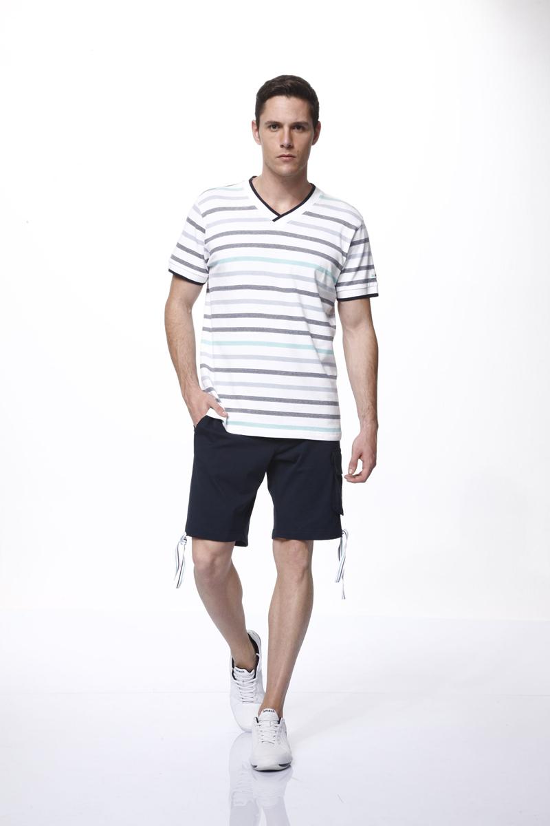 Комплект мужской: футболка, шорты. 3546235462Комплект мужской одежды Relax Mode включает в себя футболку и шорты. Футболка выполнена из эластичного хлопка, шорты изготовлены из эластичного хлопка в сочетании с вискозой. Комплект мягкий и приятный на ощупь, не сковывает движения и позволяет коже дышать, обеспечивая комфорт. Футболка с V-образным вырезом горловины и короткими рукавами оформлена принтом в полоску. Вырез горловины и края рукавов дополнены трикотажной резинкой с контрастными полосками. Модель украшена небольшой нашивкой на рукаве. Шорты с эластичной резинкой на талии застегиваются на металлические пуговицы и имеют ширинку на застежке-молнии, а также шлевки для ремня. Спереди расположены два втачных кармана, сзади - два прорезных, сбоку предусмотрен один накладной карман с клапаном на пуговицах. По низу шорты дополнены затягивающимися шнурками. Изделие оформлено нашивкой. Стильный комплект одежды станет отличным дополнением к вашему гардеробу, а также подарит вам удобство и комфорт....