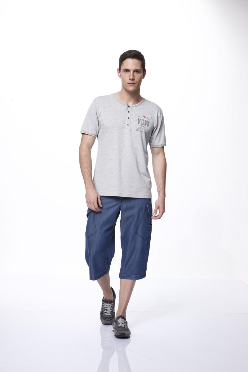 Комплект мужской: футболка, шорты. 3727237272Комплект мужской одежды Relax Mode, состоящий из футболки и шорт, станет отличным дополнением к вашему гардеробу. Комплект выполнен из натурального хлопка, мягкий и приятный на ощупь, не сковывает движения и позволяет коже дышать, обеспечивая комфорт. Футболка с круглым вырезом горловины и короткими рукавами застегивается спереди на пуговицы. Вырез горловины и края рукавов оформлены контрастной прострочкой. Модель украшена принтовыми надписями. Удлиненные шорты с эластичной резинкой на талии застегиваются на металлические пуговицы и имеют ширинку на застежке-молнии, а также шлевки для ремня. Спереди расположены два втачных кармана, сзади - два накладных. По бокам предусмотрены два больших накладных кармана с клапанами на пуговицах и один маленький накладной кармашек. Стильный и практичный комплект одежды подарит вам удобство и комфорт, подчеркнет вашу индивидуальность.