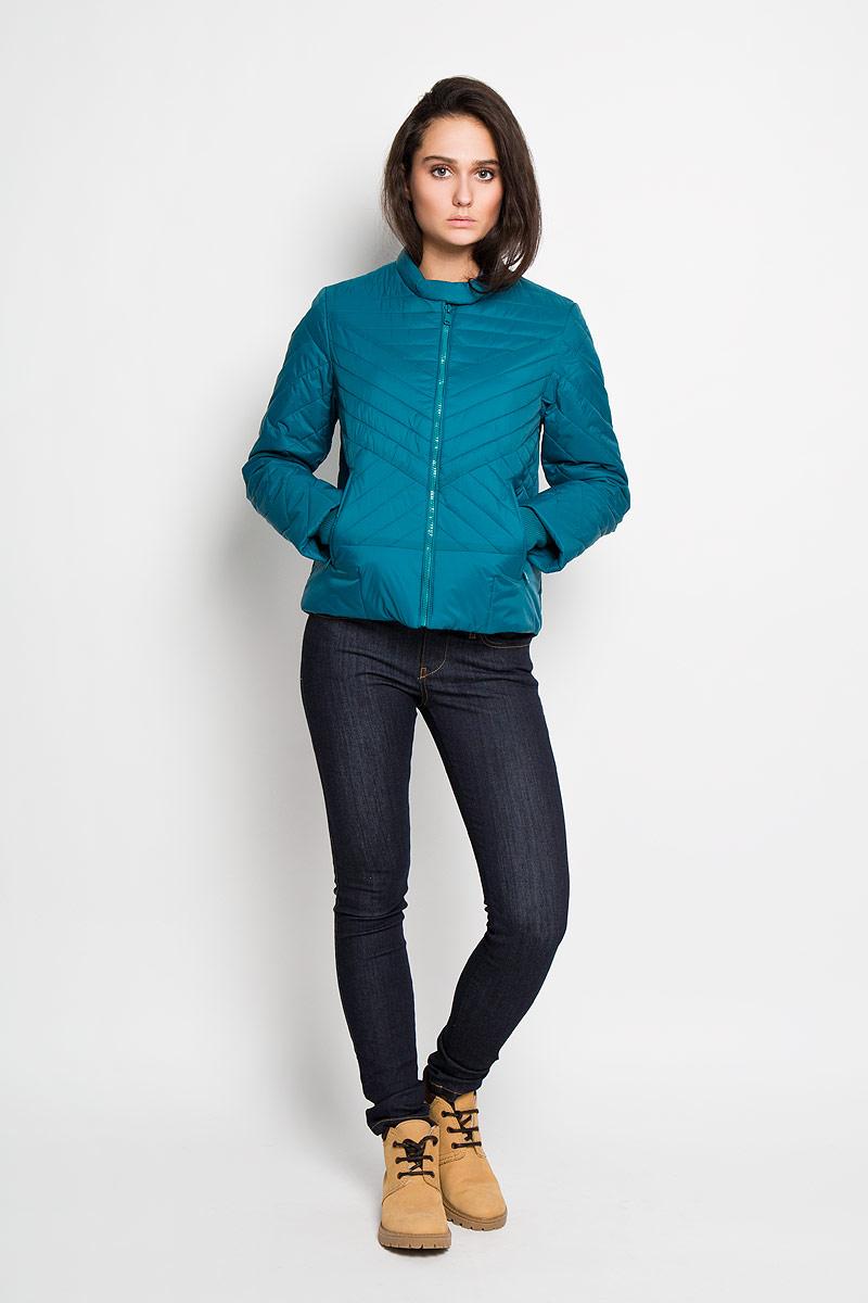 Cp-126/614-6112Удобная женская куртка Sela согреет вас в прохладную погоду и позволит выделиться из толпы. Непродуваемая, водо- и снегооталкивающая куртка защитит в любую непогоду. Модель с длинными рукавами и воротником-стойкой выполнена из прочного нейлона, и застегивается на застежку-молнию, воротник дополнительно застегивается хлястиком на кнопки. Рукава куртки дополнены эластичными трикотажными резинками. Куртка дополнена двумя боковыми втачными карманами на молниях и внутренним накладным карманом. Эта модная и в то же время комфортная куртка - отличный вариант для прогулок, она подчеркнет ваш изысканный вкус и поможет создать неповторимый образ.