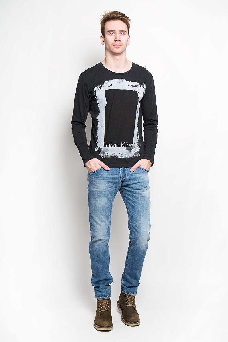 Лонгслив мужской. J3IJ302737J3IJ302737Стильный мужской лонгслив Calvin Klein Jeans, выполненный из 100% хлопка, обладает высокой воздухопроницаемостью и гигроскопичностью, позволяет коже дышать. Модель прямого кроя с длинными рукавами и круглым вырезом горловины спереди оформлена принтом и надписью с названием бренда. Модный лонгслив - идеальный вариант для создания эффектного образа.