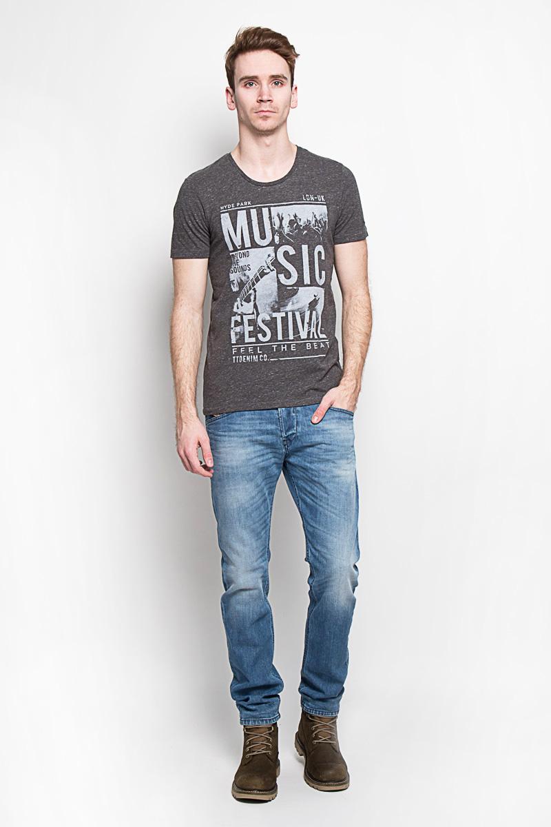 Футболка мужская Denim. 1033518.09.121033518.09.12Модная мужская футболка Tom Tailor Denim, изготовленная из натурального хлопка с добавлением полиэстера и вискозы, прекрасно подойдет для повседневной носки. Материал очень мягкий и приятный на ощупь. Футболка прямого кроя с короткими рукавами и круглым вырезом горловины оформлена оригинальным принтовым рисунком и различными надписями. Такая модель будет дарить вам комфорт в течение всего дня и станет стильным дополнением к вашему гардеробу.