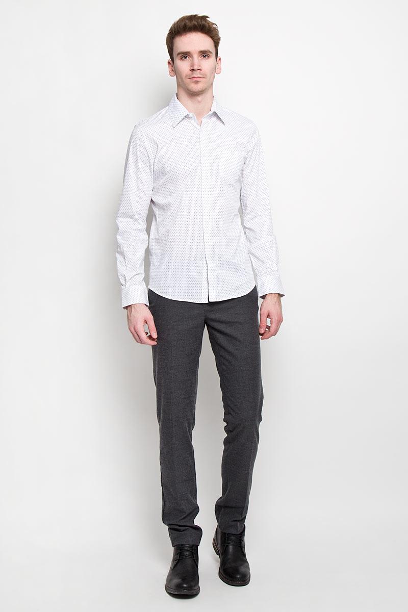 2031129.00.12Мужская рубашка Tom Tailor Denim, выполненная из хлопка с небольшим добавлением эластана, идеально дополнит ваш образ. Материал мягкий и приятный на ощупь, не сковывает движения и позволяет коже дышать. Рубашка слегка приталенного кроя, с длинными рукавами, отложным воротником и закруглённым низом. Изделие спереди застегивается на пуговицы. Манжеты на рукавах также застегиваются на пуговицы. На груди изделие дополнено накладным карманом на пуговице. Рубашка оформлена мелким контрастным принтом горох. Такая рубашка будет дарить вам комфорт в течение всего дня и станет стильным дополнением к вашему гардеробу.
