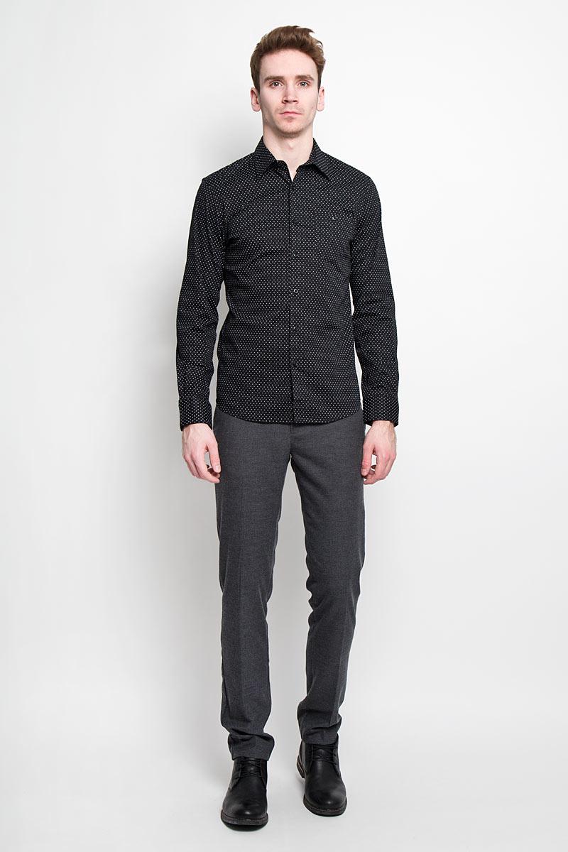 Рубашка2031129.00.12Мужская рубашка Tom Tailor Denim, выполненная из хлопка с небольшим добавлением эластана, идеально дополнит ваш образ. Материал мягкий и приятный на ощупь, не сковывает движения и позволяет коже дышать. Рубашка слегка приталенного кроя, с длинными рукавами, отложным воротником и закруглённым низом. Изделие спереди застегивается на пуговицы. Манжеты на рукавах также застегиваются на пуговицы. На груди изделие дополнено накладным карманом на пуговице. Рубашка оформлена мелким контрастным принтом горох. Такая рубашка будет дарить вам комфорт в течение всего дня и станет стильным дополнением к вашему гардеробу.