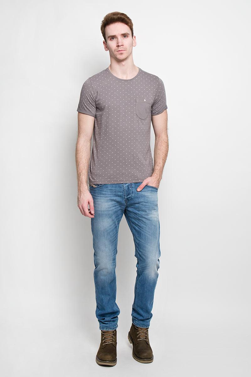 1033757.02.12Стильная мужская футболка Tom Tailor Denim выполнена из высококачественного 100% хлопка. Материал очень мягкий и приятный на ощупь, обладает высокой воздухопроницаемостью и гигроскопичностью, позволяет коже дышать. Модель прямого кроя с круглым вырезом горловины и короткими рукавами оформлена принтом горох. Спинка модели удлиненная. Рукава с необработанным краем подвернуты и зафиксированы строчками. На груди модель оформлена небольшим накладным кармашком, застегивающимся на пуговицу. Такая модель подарит вам комфорт в течение всего дня и послужит замечательным дополнением к вашему гардеробу.