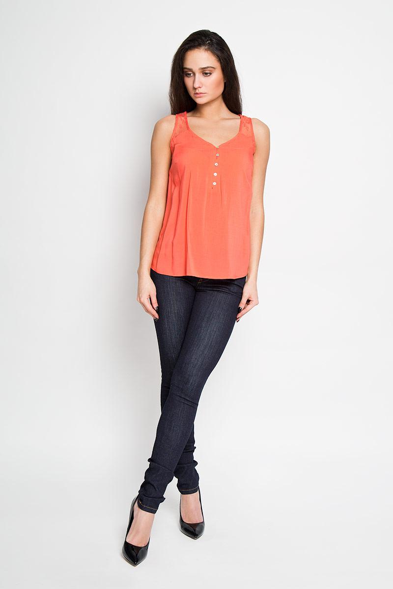 БлузкаTwsl-112/734-6193Стильная женская блуза Sela, выполненная из 100% вискозы, подчеркнет ваш уникальный стиль и поможет создать оригинальный женственный образ. Элегантная блузка без рукавов, с V-образным вырезом горловины застегивается на пуговицы спереди. Блузка украшена кружевной вставкой на плечах. Такая блузка идеально подойдет для жарких летних дней. Такая блузка будет дарить вам комфорт в течение всего дня и послужит замечательным дополнением к вашему гардеробу.