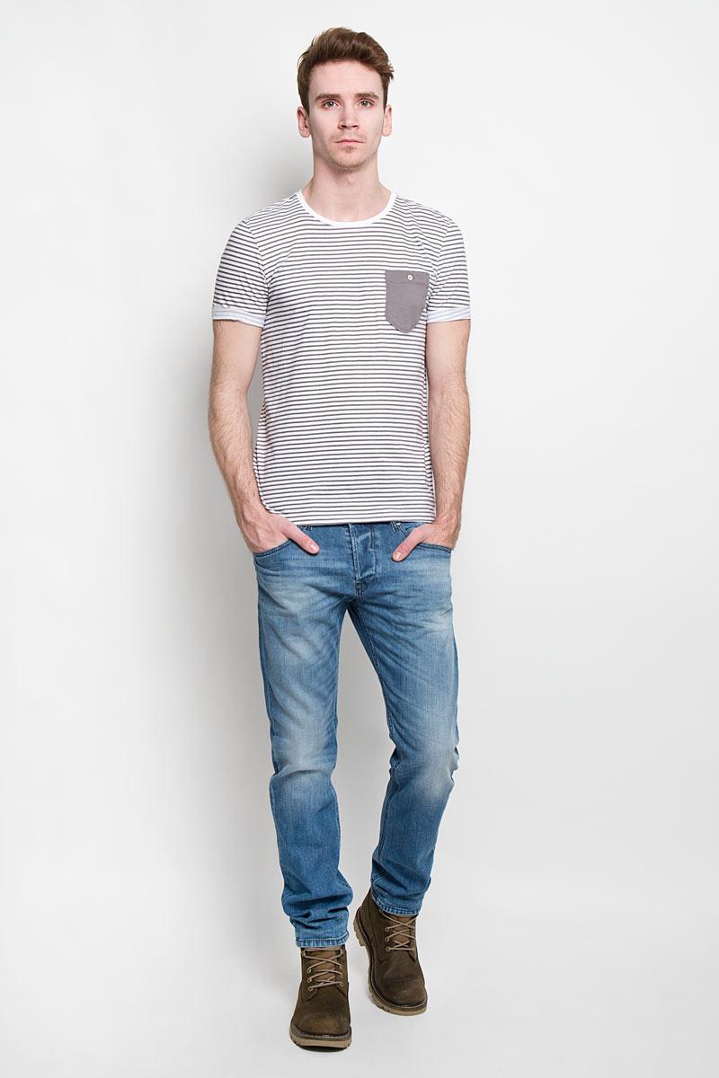 Футболка1033757.00.12Стильная мужская футболка Tom Tailor Denim выполнена из высококачественного 100% хлопка. Материал очень мягкий и приятный на ощупь, обладает высокой воздухопроницаемостью и гигроскопичностью, позволяет коже дышать. Модель прямого кроя с круглым вырезом горловины и короткими рукавами оформлена принтом в полоску. Спинка удлиненная. Рукава с необработанным краем подвернуты и зафиксированы строчками. На груди модель оформлена небольшим накладным кармашком, застегивающимся на пуговицу. Такая модель будет дарить вам комфорт в течение всего дня и послужит замечательным дополнением к вашему гардеробу.