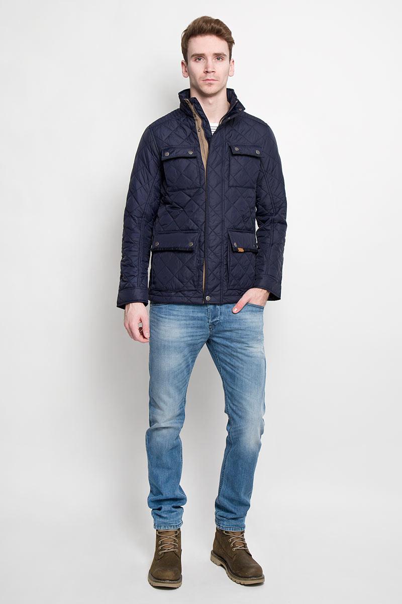 Куртка3532463.00.10Стильная мужская куртка Tom Tailor с наполнителем из синтепона отлично подойдет для прохладных дней. Модель прямого кроя с длинными рукавами и воротником-стойкой застегивается на молнию и дополнена ветрозащитным клапаном на кнопках. Изделие спереди дополнено четырьмя накладными карманами на клапанах с кнопками, а также имеет внутренний накладной карман на липучке. Манжеты рукавов застегиваются на кнопки. Куртка оформлена стильным стеганым узором. Эта модная и в то же время комфортная куртка согреет вас в холодное время года, и отлично подойдет как для прогулок, так и для занятия спортом.