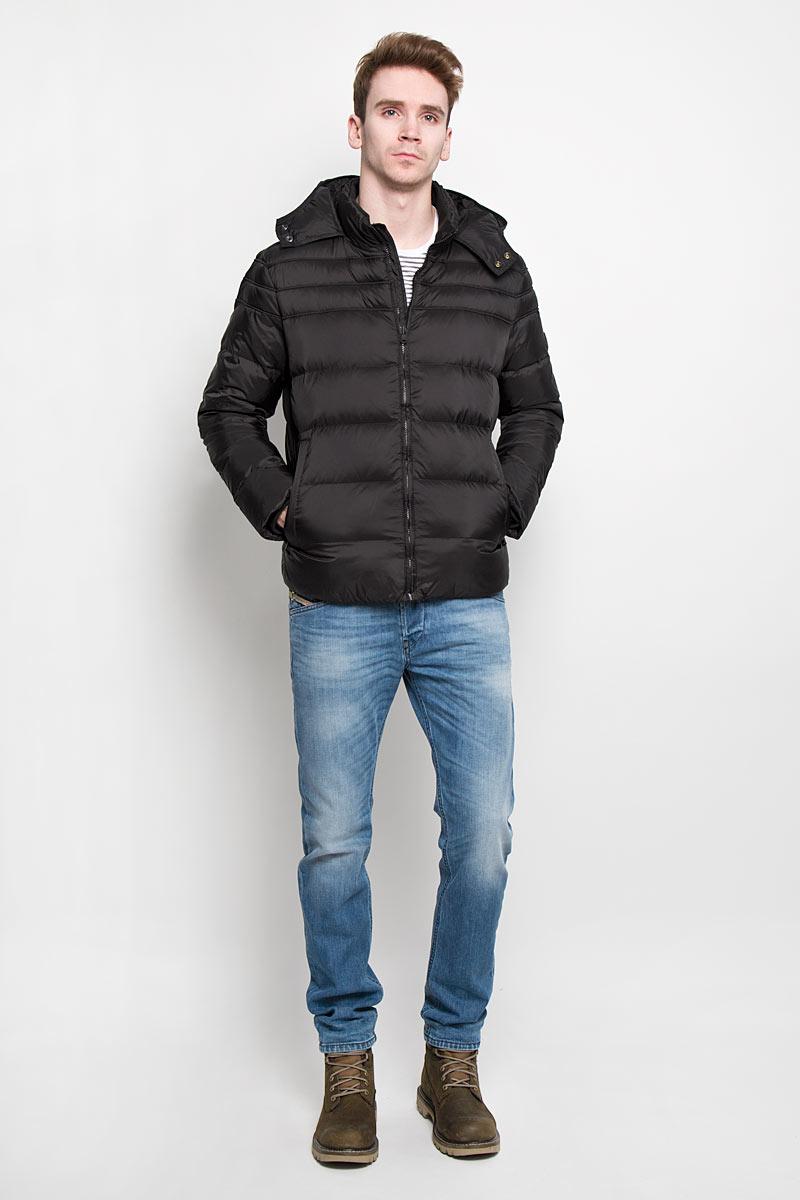Пуховик мужской. J3EJ302970J3EJ302970Стильный мужской пуховик Calvin Klein Jeans, выполненный из высококачественных материалов, обеспечит максимальный комфорт при различных погодных условиях. Изделие с несъемным капюшоном, воротником- стойкой и длинными рукавами застегивается на пластиковую застежку-молнию по всей длине. Капюшон изделия на уровне подбородка застегивается на две металлические кнопки. Эффектная стежка обеспечивает равномерное распределение утеплителя внутри изделия. Рукава изделия дополнены текстильными эластичными манжетами, препятствующими проникновению холодного воздуха. Спереди модель дополнена двумя втачными карманами на молнии. С внутренней стороны расположен вертикальный втачной карман. На левом рукаве имеется нашивка с изображением логотипа бренда. Этот яркий пуховик послужит отличным дополнением к вашему гардеробу!
