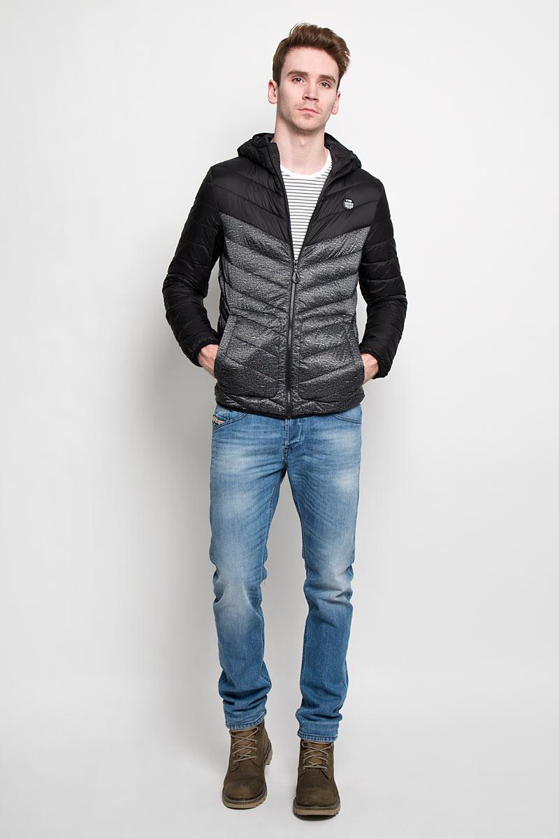 Куртка3532434.00.12Стильная мужская куртка с капюшоном Tom Tailor Denim, выполненная из высококачественных материалов, отлично подойдет для холодной погоды. Изделие с несъемным капюшоном и длинными рукавами застегивается на пластиковую застежку-молнию по всей длине. Капюшон, манжеты рукавов и низ куртки оснащены эластичными резинками, защищающими от продувания. На лицевой стороне расположена резиновая нашивка с логотипом бренда. Спереди модель дополнена двумя втачными карманами на кнопках. С внутренней стороны расположен вертикальный втачной карман на кнопке. Изделие оформлено эффектной стежкой и оригинальным принтом. Эта модная и в то же время комфортная куртка - отличный вариант для уверенного в себе мужчины!