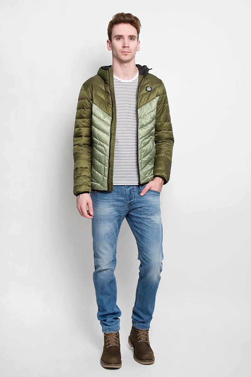 Куртка мужская Denim. 3532434.00.123532434.00.12Стильная мужская куртка с капюшоном Tom Tailor Denim, выполненная из высококачественных материалов, отлично подойдет для холодной погоды. Изделие с несъемным капюшоном и длинными рукавами застегивается на пластиковую застежку-молнию по всей длине. Капюшон, манжеты рукавов и низ куртки оснащены эластичными резинками, защищающими от продувания. На лицевой стороне расположена резиновая нашивка с логотипом бренда. Спереди модель дополнена двумя втачными карманами на кнопках. С внутренней стороны расположен вертикальный втачной карман на кнопке. Изделие оформлено эффектной стежкой и оригинальным принтом. Эта модная и в то же время комфортная куртка - отличный вариант для уверенного в себе мужчины!