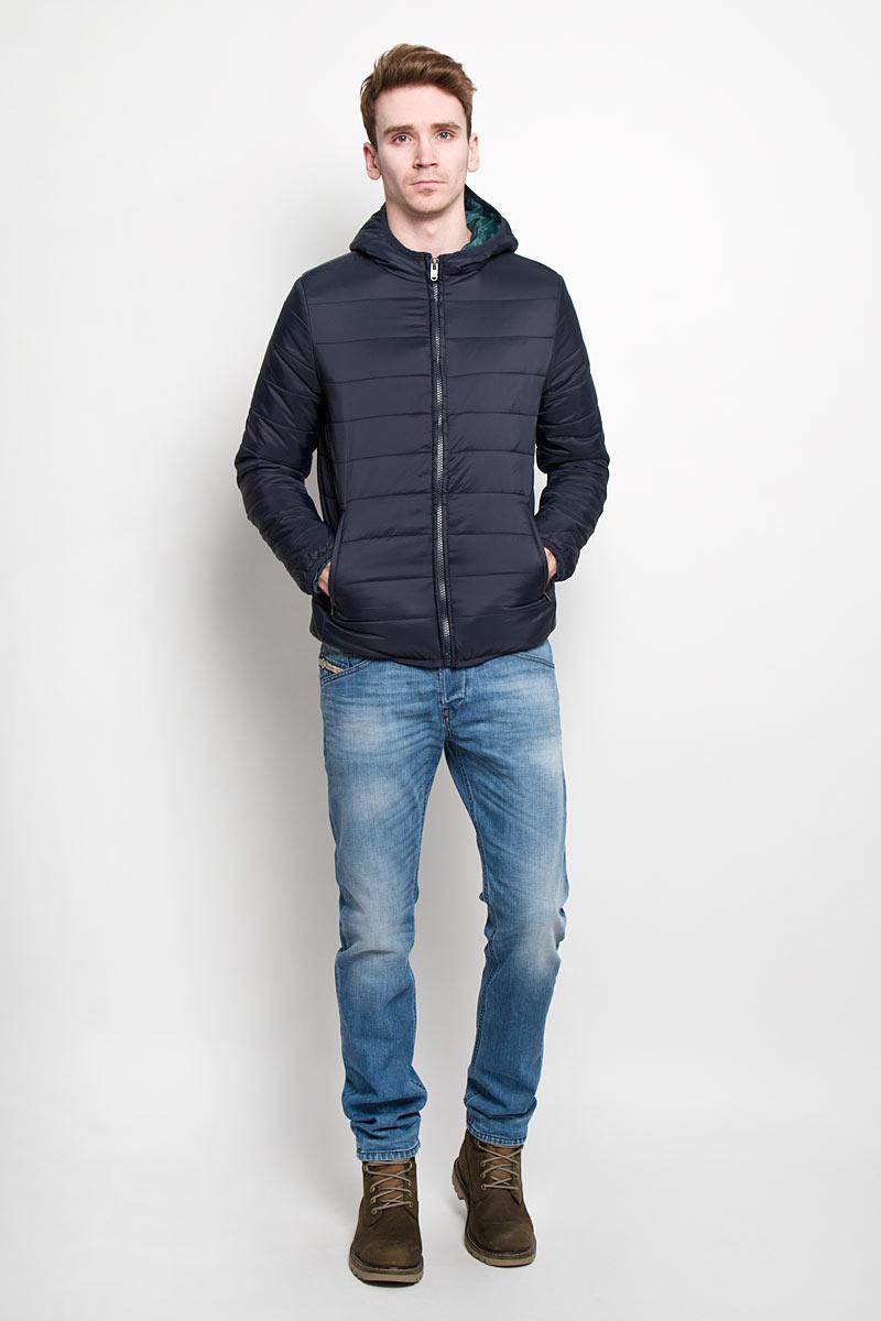 Куртка мужская. Cp-226/310-6102Cp-226/310-6102Стильная мужская куртка Sela с наполнителем из синтепона отлично подойдет для прохладных дней. Модель прямого кроя с длинными рукавами и несъемным капюшоном застегивается на молнию. Изделие спереди дополнено двумя втачными карманами на молниях. Манжеты рукавов и низ куртки дополнены узкими эластичными резинками. Куртка не продувается, она надежно сохранит тепло и защитит вас от снега и дождя. Эта модная и в то же время комфортная куртка согреет вас в холодное время года, и отлично подойдет как для прогулок, так и для занятия спортом.