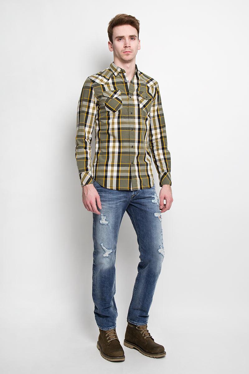 Рубашка00SMRM_0JAJZСтильная мужская рубашка Diesel с длинными рукавами, отложным воротником и застежкой на кнопки. Рубашка оформлена ярким клетчатым принтом и накладными карманами на кнопках. Модель, выполненная из хлопка, обладает высокой воздухопроницаемостью и гигроскопичностью, позволяет коже дышать, тем самым обеспечивая наибольший комфорт при носке даже самым жарким летом. Эта модная и удобная рубашка послужит замечательным дополнением к вашему гардеробу.