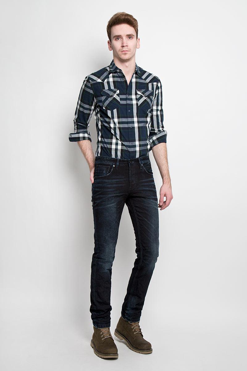 Джинсы мужские Denim. 6203549.00.126203549.00.12Стильные мужские джинсы Tom Tailor Denim - джинсы высочайшего качества на каждый день, которые прекрасно сидят. Модель немного зауженного кроя по ноге и средней посадки изготовлена из 100% хлопка. Изделие оформлено тертым эффектом и перманентными складками. Застегиваются джинсы на пуговицу в поясе и три пуговицы на застежке-молнии, имеются шлевки для ремня. Спереди модель оформлены двумя втачными карманами и одним небольшим секретным кармашком, а сзади - двумя накладными карманами. Эти модные и в тоже время комфортные джинсы послужат отличным дополнением к вашему гардеробу. В них вы всегда будете чувствовать себя уютно и комфортно.