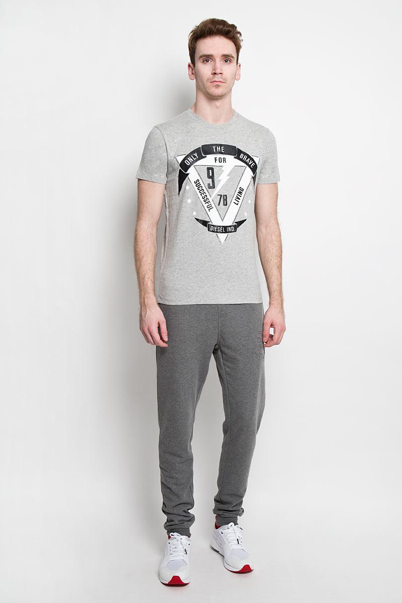 Футболка00SN57_0091BСтильная мужская футболка Diesel - идеальное решение для повседневной носки. Эта практичная, приятная на ощупь модель, выполненная из 100% хлопка, прекрасно пропускающей воздух, она позволит вам чувствовать себя уверенно и легко. Удобный крой обеспечивает свободу движений. Лицевая сторона футболки оформлена оригинальным принтом. Эта футболка - идеальный вариант для создания эффектного образа.
