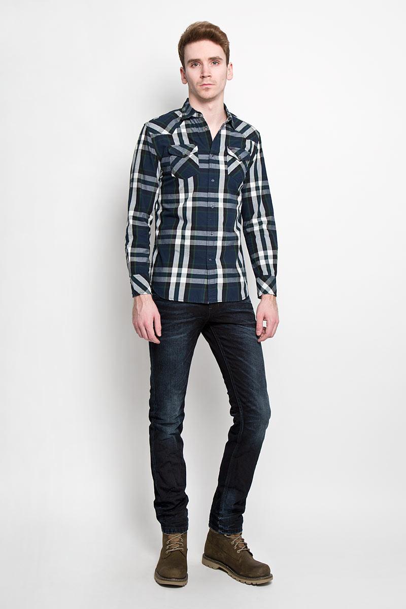 00SMRM_0JAJZСтильная мужская рубашка Diesel с длинными рукавами, отложным воротником и застежкой на кнопки. Рубашка оформлена ярким клетчатым принтом и накладными карманами на кнопках. Модель, выполненная из хлопка, обладает высокой воздухопроницаемостью и гигроскопичностью, позволяет коже дышать, тем самым обеспечивая наибольший комфорт при носке даже самым жарким летом. Эта модная и удобная рубашка послужит замечательным дополнением к вашему гардеробу.