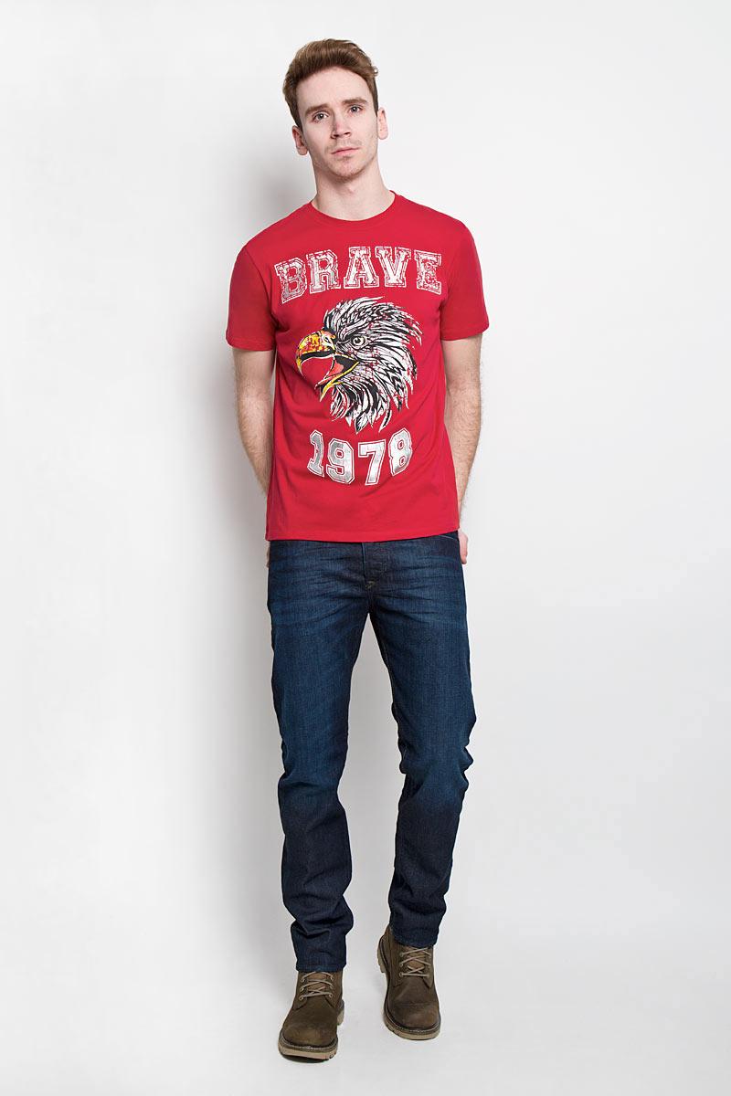 00SN59-0091BСтильная мужская футболка Diesel - идеальное решение для повседневной носки. Эта практичная, приятная на ощупь модель, выполненная из 100% хлопка, прекрасно пропускает воздух, она позволит вам чувствовать себя уверенно и легко. Удобный крой, круглый воротник и короткий рукав обеспечивают свободу движений. Лицевая сторона футболки оформлена термоаппликацией с надписью и изображением птицы. Эта футболка - идеальный вариант для создания эффектного образа.