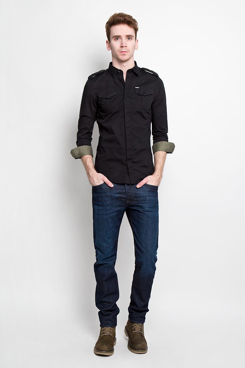 00SMS1_0IAKBСтильная мужская рубашка Diesel с длинными рукавами, отложным воротником и застежкой на пуговицы. Рубашка, выполненная из хлопка с добавлением эластана, обладает высокой воздухопроницаемостью и гигроскопичностью, позволяет коже дышать, тем самым обеспечивая наибольший комфорт при носке даже самым жарким летом. Плечевая зона декорирована хлястиками на металлических кнопках. На груди расположены 2 накладных кармана так же на металлических кнопках. Карман дополнен металлической пластиной с логотипом бренда. Эта потрясающая рубашка послужит замечательным дополнением к вашему гардеробу.