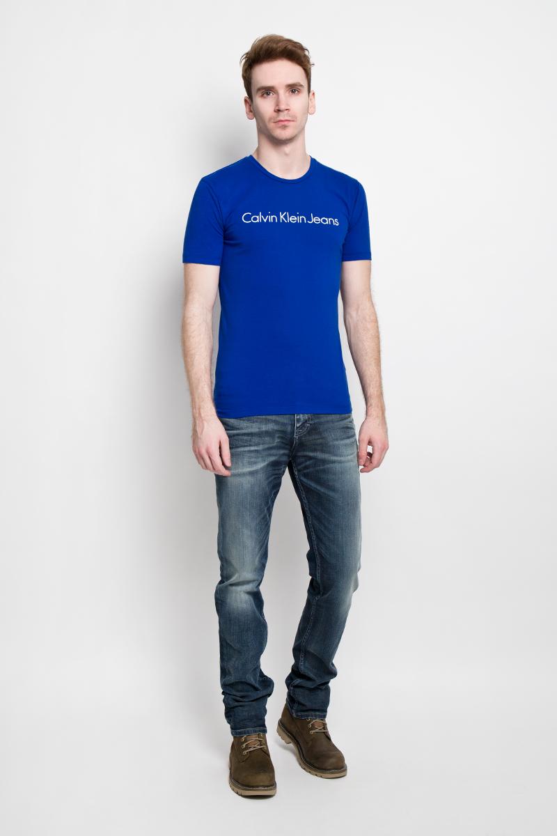 ФутболкаJ3EJ303543Стильная мужская футболка Calvin Klein Jeans, выполненная из эластичного хлопка, необычайно мягкая и приятная на ощупь, не сковывает движения и позволяет коже дышать, обеспечивая комфорт. Модель с круглым вырезом горловины и короткими рукавами спереди оформлена надписью Calvin Klein Jeans. Вырез горловины дополнен трикотажной эластичной резинкой, что предотвращает деформацию при носке. Футболка Calvin Klein Jeans станет отличным дополнением к вашему гардеробу.