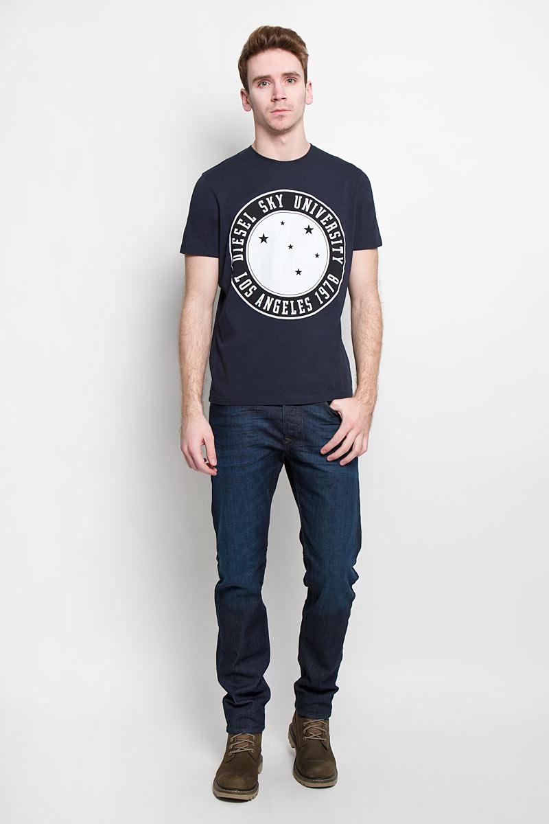 Футболка00SN58-0091BСтильная мужская футболка Diesel - идеальное решение для повседневной носки. Эта практичная, приятная на ощупь модель, выполненная из 100% хлопка, прекрасно пропускает воздух, она позволит вам чувствовать себя уверенно и легко. Удобный крой, круглый воротник и короткий рукав обеспечивают свободу движений. Лицевая сторона футболки оформлена оригинальным круглым принтом с надписью. Эта футболка - идеальный вариант для создания эффектного образа.