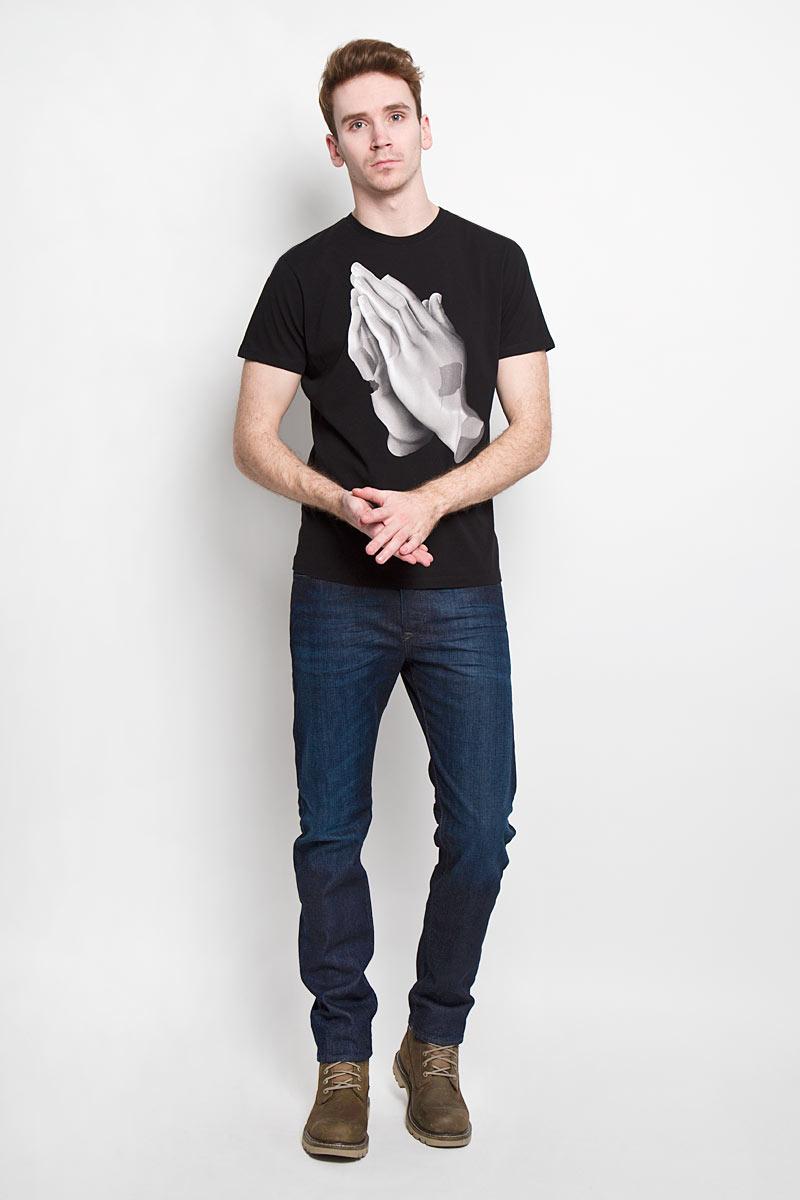 Футболка мужская. 00SN52-0EADQ00SN52-0EADQСтильная мужская футболка Diesel - идеальное решение для повседневной носки. Эта практичная, приятная на ощупь модель, выполненная из 100% хлопка, прекрасно пропускает воздух, она позволит вам чувствовать себя уверенно и легко. Удобный крой, круглый воротник и короткий рукав обеспечивают свободу движений. Лицевая сторона футболки оформлена оригинальной термоаппликацией с изображением кистей рук. Эта футболка - идеальный вариант для создания эффектного образа.
