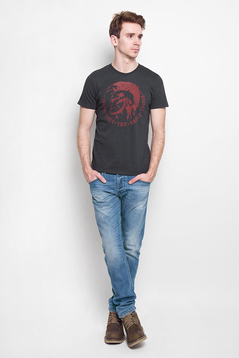 Футболка мужская. 00SFFC00SFFC_0JAILСтильная мужская футболка Diesel - идеальное решение для повседневной носки. Эта практичная, приятная на ощупь модель, выполненная из 100% хлопка, прекрасно пропускающей воздух, она позволит вам чувствовать себя уверенно и легко. Удобный крой обеспечивает свободу движений. Лицевая сторона футболки оформлена оригинальным принтом. Такая футболка - идеальный вариант для создания эффектного образа.