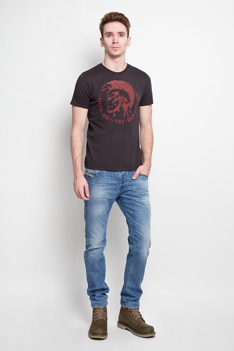 Джинсы мужские. 00S4IN-0842H00S4IN-0842HСтильные мужские джинсы Diesel Belther - джинсы высочайшего качества, которые прекрасно сидят. Модель слегка зауженного кроя и средней посадки изготовлена из высококачественного плотного хлопка с добавлением эластана, не сковывает движения и дарит комфорт. Застегиваются джинсы на пуговицу в поясе и ширинку на металлических пуговицах, имеются шлевки для ремня. Спереди модель дополнена двумя втачными карманами и одним секретным кармашком, а сзади - двумя накладными карманами. Джинсы оформлены потёртостями и перманентными складками. Эти модные и в тоже время удобные джинсы помогут вам создать оригинальный современный образ. В них вы всегда будете чувствовать себя уверенно и комфортно.