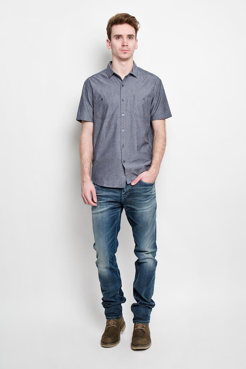 Рубашка мужская. S15-22017S15-22017Стильная мужская рубашка Finn Flare, изготовленная из натурального хлопка, необычайно мягкая и приятная на ощупь, не сковывает движения и позволяет коже дышать, не раздражает даже самую нежную и чувствительную кожу, обеспечивая наибольший комфорт. Рубашка с модным принтом, отложным воротником, полукруглым низом, застегивается на пуговицы. Спереди расположены два кармашка на пуговицах. Эта рубашка идеальный вариант как для повседневного, так и для вечернего гардероба. Модель порадует настоящих ценителей комфорта и практичности!