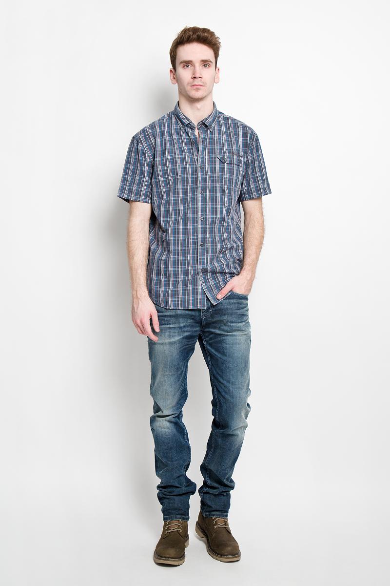 Рубашка мужская. S15-22009S15-22009Отличная рубашка Finn Flare с короткими рукавами, отложным воротником, застегивается на пуговицы. Рубашка оформлена актуальным клетчатым принтом и накладным карманом на груди. Карман застегивается клапаном на пуговицы. Рубашка, выполненная из 100% хлопка, обладает высокой теплопроводностью, воздухопроницаемостью и гигроскопичностью, позволяет коже дышать, тем самым обеспечивая наибольший комфорт при носке даже самым жарким летом.