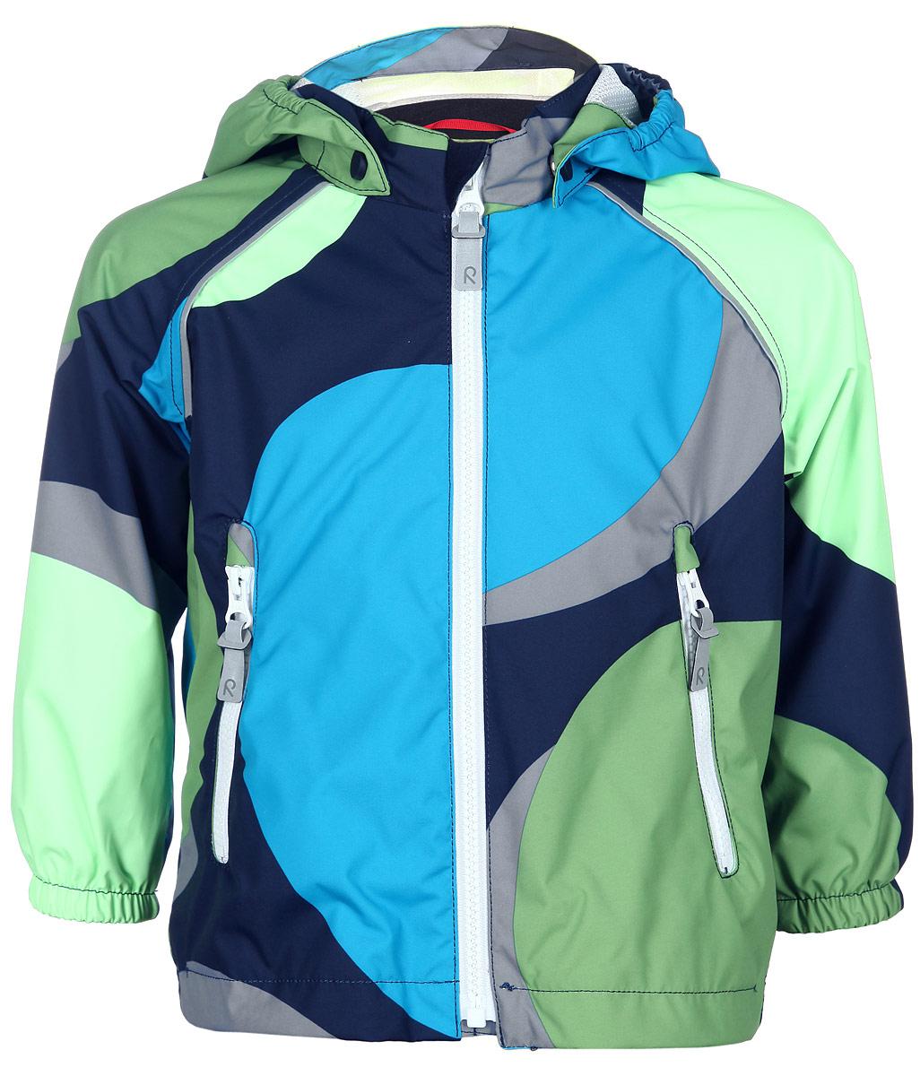 511201C_4724Детская куртка Reima Foamy идеально подойдет для ребенка в прохладное время года. Куртка изготовлена из водоотталкивающей и ветрозащитной мембранной ткани. Материал отличается высокой устойчивостью к трению, благодаря специальной обработке полиуретаном поверхность изделия отталкивает грязь и воду, что облегчает поддержание аккуратного вида одежды, дышащее покрытие с изнаночной части не раздражает даже самую нежную и чувствительную кожу ребенка, обеспечивая ему наибольший комфорт. Куртка с капюшоном и длинными рукавами-реглан застегивается на пластиковую застежку-молнию с защитой подбородка, благодаря чему ее легко надевать и снимать, и дополнительно имеет внутреннюю ветрозащитную планку. Капюшон, присборенный по бокам, защитит нежные щечки от ветра, он пристегивается к куртке при помощи застежек-кнопок. Низ рукавов дополнен неширокими эластичными манжетами. Мягкая подкладка на воротнике и манжетах обеспечивает дополнительный комфорт. Спинка изделия удлинена. Спереди куртка...