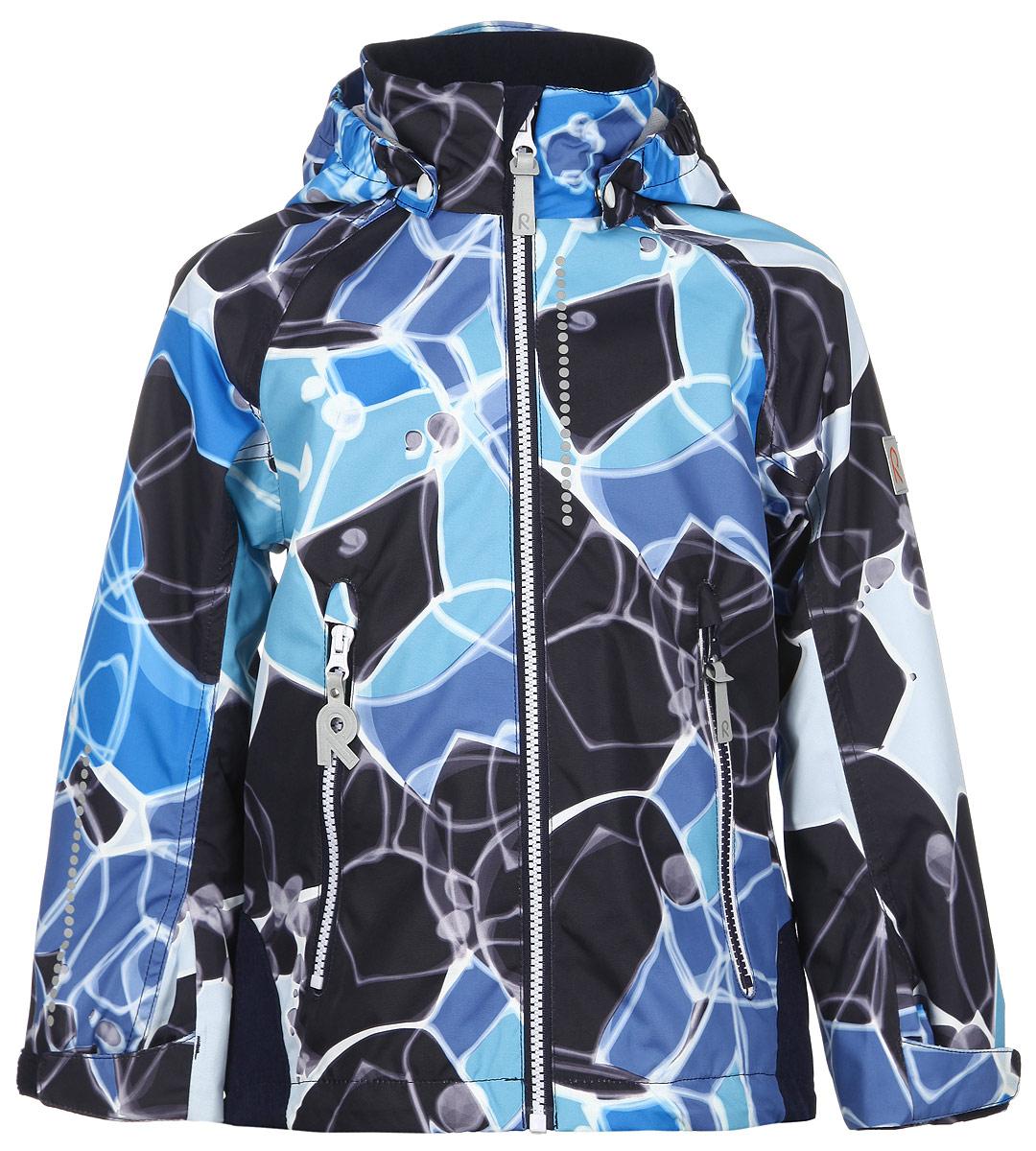 Куртка детская Bubbly. 521438C521438C_4724Детская куртка Reima Bubbly идеально подойдет для ребенка в прохладное время года. Куртка изготовлена из водоотталкивающей и ветрозащитной мембранной ткани. Материал отличается высокой устойчивостью к трению, благодаря специальной обработке полиуретаном поверхность изделия отталкивает грязь и воду, что облегчает поддержание аккуратного вида одежды, дышащее покрытие с изнаночной части не раздражает даже самую нежную и чувствительную кожу ребенка, обеспечивая ему наибольший комфорт. Куртка с капюшоном и длинными рукавами-реглан застегивается на пластиковую застежку-молнию с защитой подбородка, благодаря чему ее легко надевать и снимать, и дополнительно имеет внутреннюю ветрозащитную планку. Капюшон, присборенный по бокам, защитит нежные щечки от ветра, он пристегивается к куртке при помощи застежек-кнопок. Низ рукавов регулируется с помощью хлястиков на липучках. Мягкая подкладка на воротнике и манжетах обеспечивает дополнительный комфорт. Спинка изделия удлинена. Спереди...