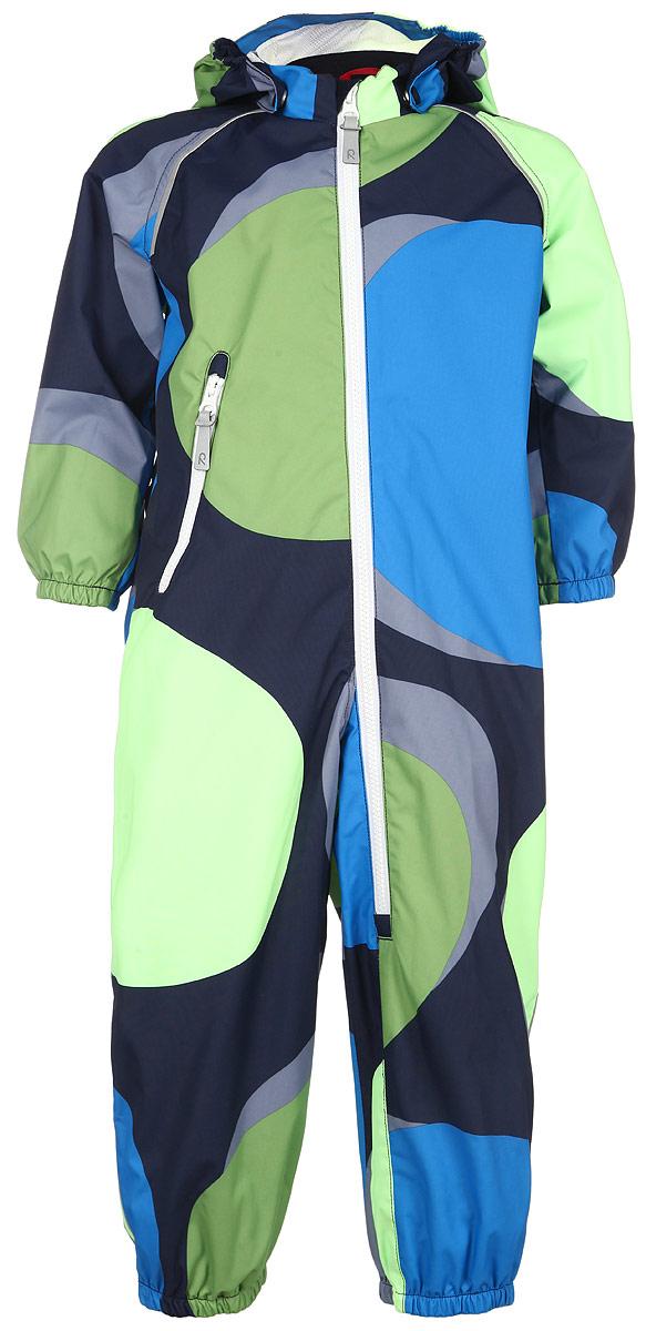 510218C_4724Модный детский комбинезон Reima Foamy идеально подойдет для ребенка в прохладное время года. Комбинезон изготовлен из водоотталкивающей и ветрозащитной мембранной ткани. Материал отличается высокой устойчивостью к трению, благодаря специальной обработке полиуретаном поверхность изделия отталкивает грязь и воду, что облегчает поддержание аккуратного вида одежды, дышащее покрытие с изнаночной части не раздражает даже самую нежную и чувствительную кожу ребенка, обеспечивая ему наибольший комфорт. Комбинезон с капюшоном и рукавами-реглан застегивается на длинную застежку-молнию от горловины до середины ножки и дополнительно имеет внутреннюю ветрозащитную планку, а также защиту подбородка. Капюшон, присборенный по бокам, защитит нежные щечки от ветра, он пристегивается к комбинезону при помощи застежек-кнопок. Края рукавов дополнены неширокими эластичными манжетами. Снизу брючин предусмотрены съемные силиконовые штрипки, одевающиеся на ступню и не дающие комбинезону ползти вверх....
