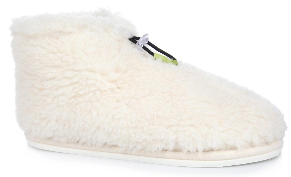 Тапки-теплушки. 030102030102-0100/эТапки-теплушки от Holty выполнены из натуральной овечьей шерсти и текстиля. Овечья шерсть активно впитывает влагу, оставляя ноги сухими и позволяя им дышать. Изделия из овечьего меха по своему удобству и полезным свойствам не имеют аналогов, они практичны и универсальны. Овечий мех уменьшает неприятные ощущения в ногах и улучшает кровообращение. Рельефная подошва, выполненная из ЭВА-пора, улучшает сцепление с любой поверхностью. ЭВА-пора не пропускает и не впитывает воду. На подъеме изделие затягивается на эластичный шнурок. Теплые и приятные на ощупь тапки-теплушки вернут легкость уставшим ногам и защитят их от холода.