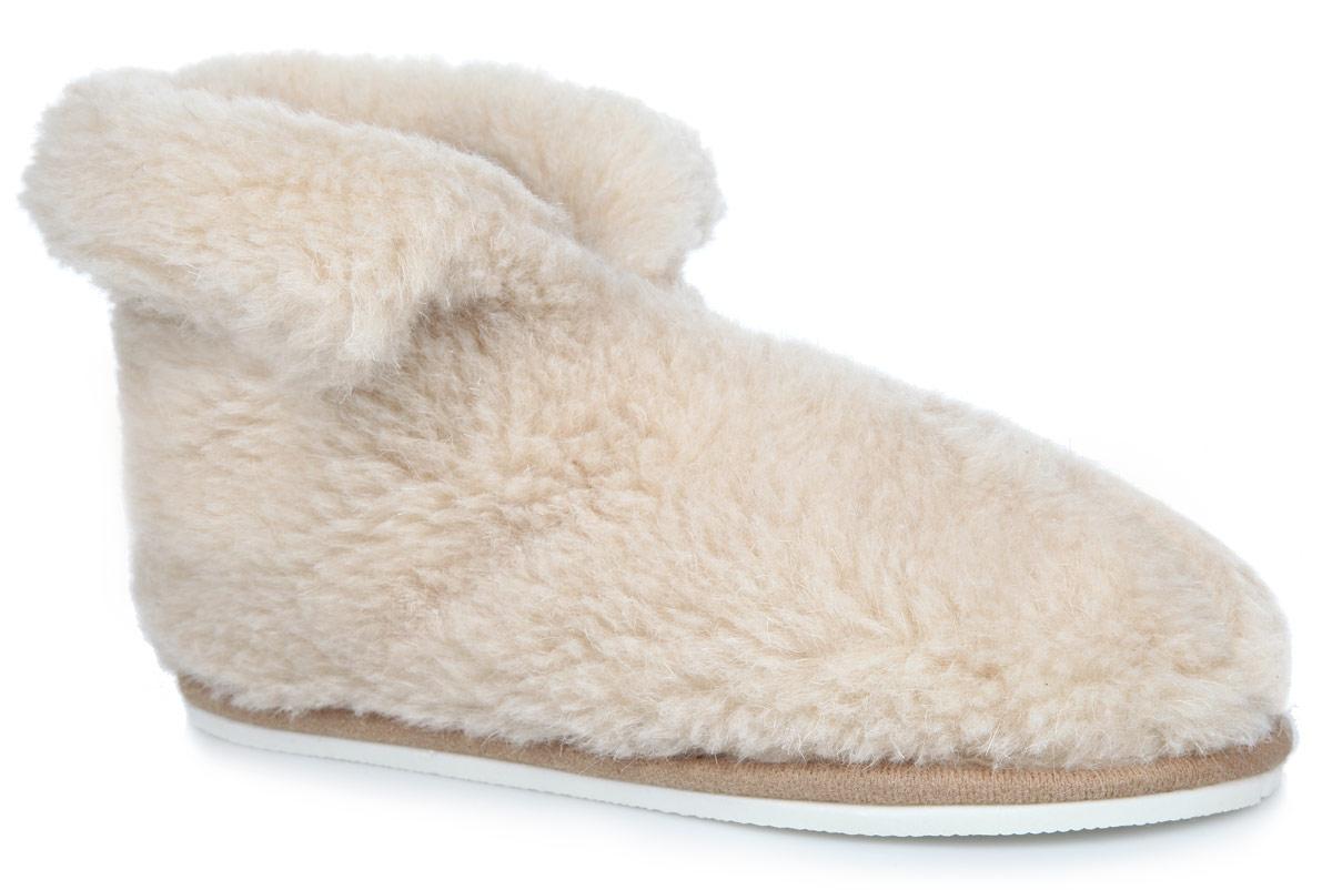 Тапки-теплушки. 030101030101-0100/эТапки-теплушки от Holty выполнены из натуральной овечьей шерсти и текстиля. Овечья шерсть активно впитывает влагу, оставляя ноги сухими и позволяя им дышать. Изделия из овечьего меха по своему удобству и полезным свойствам не имеют аналогов, они практичны и универсальны. Овечий мех уменьшает неприятные ощущения в ногах и улучшает кровообращение. Рельефная подошва, выполненная из ЭВА-пора, улучшает сцепление с любой поверхностью. ЭВА-пора не пропускает и не впитывает воду. Теплые и приятные на ощупь тапки-теплушки вернут легкость уставшим ногам и защитят их от холода.