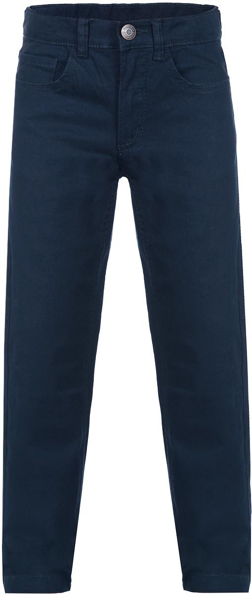 116BBBB6303Стильные брюки для мальчика Button Blue идеально подойдут вашему маленькому мужчине для отдыха и прогулок. Изготовленные из эластичного хлопка, они необычайно мягкие и приятные на ощупь, не сковывают движения, не раздражают даже самую нежную и чувствительную кожу ребенка, обеспечивая ему наибольший комфорт. Брюки прямого покроя на талии застегиваются на металлическую пуговицу и имеют ширинку на застежке-молнии, также имеются шлевки для ремня. С внутренней стороны пояс регулируется резинкой на пуговицах. Модель спереди дополнена двумя втачными карманами со скошенными краями и небольшим накладным кармашком, а сзади - двумя накладными карманами. Современный дизайн и модная расцветка делают эти брюки модным и стильным предметом детского гардероба. В них ваш ребенок всегда будет в центре внимания!