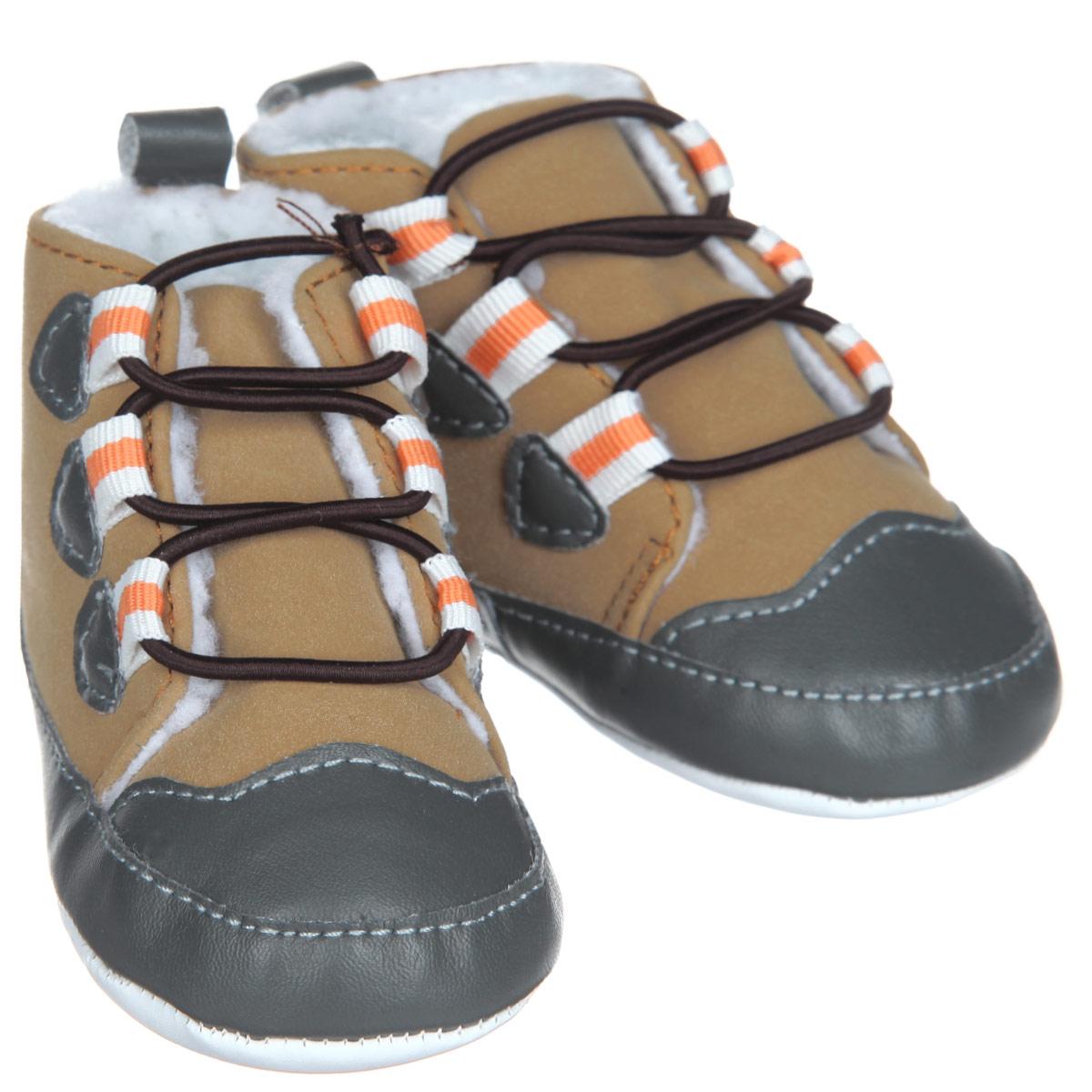 Пинетки11781Стильные пинетки для мальчика Luvable Friends Теплые ботинки отлично подойдут для носки в прохладную погоду. Изделие выполнено из искусственной замши. В качестве подкладки используется искусственная шерсть - шерпа, которая сохранит ножки ребенка в тепле. Модель дополнена эластичной шнуровкой, надежно фиксирующей пинетки на ножке младенца. На стопе предусмотрен прорезиненный рельефный рисунок, благодаря которому ребенок не будет скользить. Мягкие, не сдавливающие ножку материалы делают модель практичной и популярной. Такие пинетки - отличное решение для малышей и их родителей!