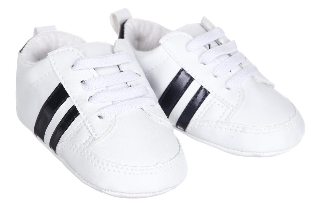 11176Пинетки Luvable Friends, стилизованные под кроссовки, станут стильным дополнением к гардеробу ребенка. Изделие выполнено из полиуретана с подкладкой из хлопка и полиэстера. Модель дополнена удобной эластичной шнуровкой, надежно фиксирующей пинетки на ножке младенца. На стопе предусмотрен прорезиненный рельефный рисунок, благодаря которому ребенок не будет скользить. Изделие оформлено цветными полосками. Мягкие, не сдавливающие ножку материалы делают модель практичной и популярной. Такие пинетки - отличное решение для малышей и их родителей!