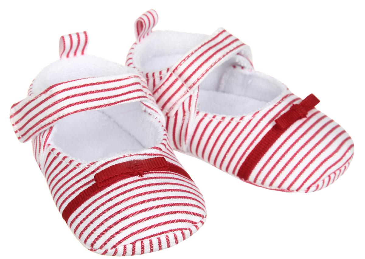 Пинетки11131Пинетки для девочки Luvable Friends, стилизованные под туфельки, станут стильным дополнением к гардеробу малышки. Изделие выполнено из хлопка и полиэстера. Модель дополнена удобной застежкой на липучке, надежно фиксирующей пинетки на ножке малышки. На стопе предусмотрен прорезиненный рельефный рисунок, благодаря которому ребенок не будет скользить. Изделие оформлено принтом в полоску, декорировано металлизированной блестящей нитью и очаровательным бантиком. Мягкие, не сдавливающие ножку материалы делают модель практичной и популярной. Такие пинетки - отличное решение для малышей и их родителей!